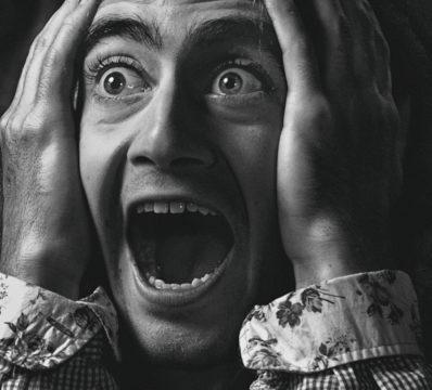 口臭に頭を抱える男性の写真