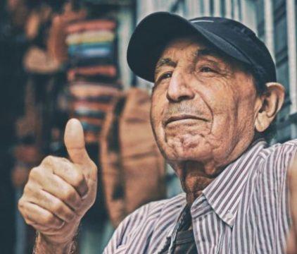 親指を立て笑顔の男性老人