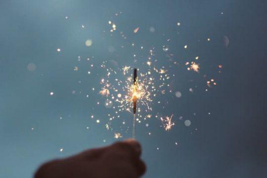 手に持った花火が舞い散る