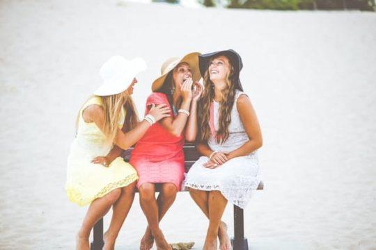 女性3人ヒソヒソ話で笑顔
